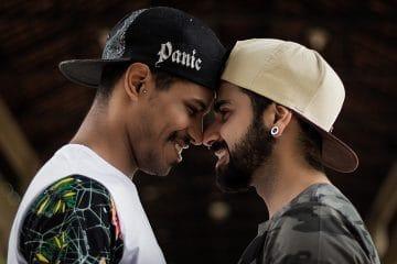 Due ragazzi che si stanno per baciare