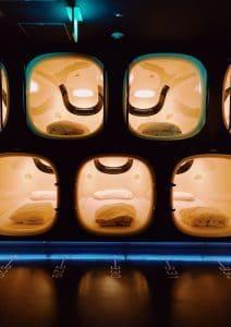 Dormire in un capsule hotel