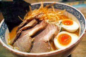 Mangiare un piatto tipico giapponese