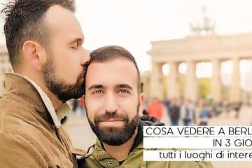 Ippo e Dixon davanti alla porta di Brandeburgo a Berlino che si abbracciano